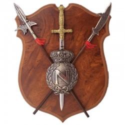 Panoplia con escudo, espada y 2 alabardas