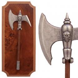 Panoplia con hacha de guerrero bárbaro