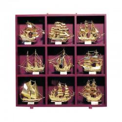 Mueble de 57x57x9cm con 9 veleros famosos de latón
