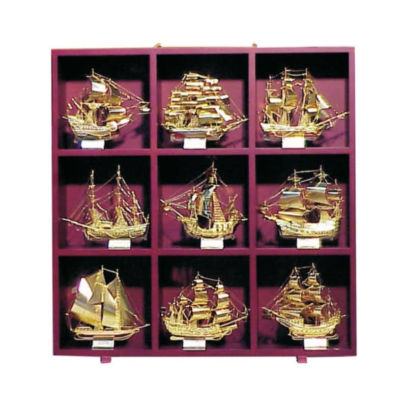 Shelving of 57x57x9cm with 9 gilded brass famous sailboats