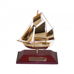 Sailboat made of gilded brass 9x8x2cm